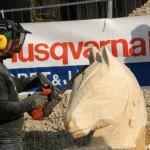 sculpture à la tronçoneuse d'une tête de cheval