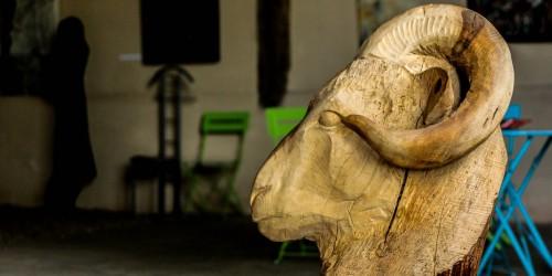 sculpture à la tronçonneuse d'une tête de bélier