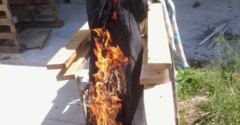 test d'un effet brulé - carbonisé sur une sculpture en tilleul